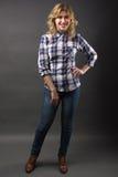 Recht zufälliges junges Mode-Modell in voller Länge bei der Blue Jeans-Aufstellung Stockbild