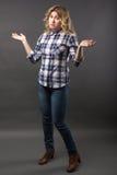 Recht zufälliges junges Mode-Modell in voller Länge bei der Blue Jeans-Aufstellung Stockbilder