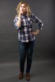 Recht zufälliges junges Mode-Modell in voller Länge bei der Blue Jeans-Aufstellung Lizenzfreie Stockbilder