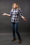 Recht zufälliges junges Mode-Modell in voller Länge bei der Blue Jeans-Aufstellung Lizenzfreie Stockfotografie