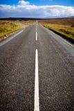 Rechte autosnelweg bij de Schotse hooglanden, Schotland, het UK Stock Afbeeldingen