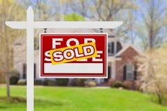 Rechte Einfassung verkauft für Verkaufs-Real Estate-Zeichen vor Haus stockfoto