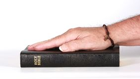 Rechte Hand auf der heiligen Bibel Lizenzfreies Stockfoto