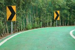 Rechte Kurve auf Warnzeichen herein den Garten Stockbilder