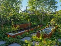 Rechte Seite Chelsea Flower Show 2017 Zoe Ball Listening Garden, in der Musik unter dem Boden spielt lizenzfreies stockbild