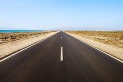 Rechte weg in desertic zeegezicht. Andalusia. Stock Afbeelding