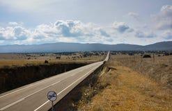 Rechte weg die een vallei kruisen Royalty-vrije Stock Foto