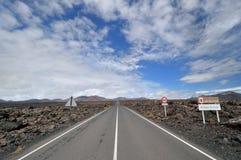 Rechte weg door het vulkanische gebied. Stock Fotografie
