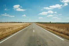 Rechte weg door landelijk landschap dichtbij het Nationale Park van Monfrague stock foto's