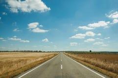 Rechte weg door landelijk landschap dichtbij het Nationale Park van Monfrague stock fotografie
