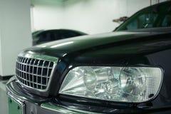 Rechteckige Scheinwerfer eines schwarzen Business-Class-Autoabschlusses oben stockfoto