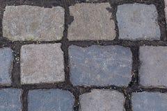 Rechteckige Steinlinien der festen Grundlage des grauen Granits des Kopfsteins dunkel zwischen niedrigem festem Substrat der Blöc lizenzfreies stockfoto