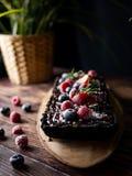 Rechteckiger scharfer Schokoladenkäsekuchen mit frischen Beeren Delici lizenzfreie stockfotos