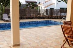 Rechteckiger Swimmingpool mit gepflasterten Einfassungen lizenzfreie stockfotografie