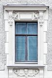 Rechteckiges Fenster auf einer grauen Wand lizenzfreie stockbilder