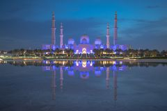 Rechteckiges Format einer Weitwinkelansicht der großen Moschee von Abu Dhabi nachts lizenzfreie stockfotos
