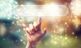 Rechteckknopfikone, die durch eine Hand gedrückt wird Lizenzfreies Stockbild