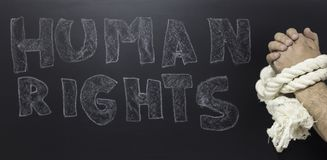 Rechten van de mensconcept: kettingdrager tegen de tekst: Rechten van de mensdag op bord wordt geschreven dat stock afbeeldingen