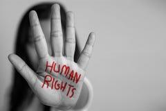 Rechten van de mensconcept de vrouw hief haar hand voor op afraadt, schrijft de hand de woordrechten van de mens in rode kleur stock afbeeldingen
