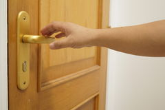 Rechter Arm, der versucht, für die Tür zu erreichen Stockfotos