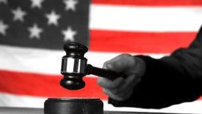 Rechter die orde met hamer in Amerikaans hof in selectieve zwart-wit roepen stock video