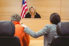 Rechter en advocaat die de zin voor gevangene bespreken stock fotografie