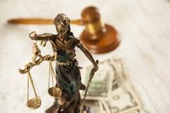 Rechter en rechtvaardigheidsdame en geld royalty-vrije stock afbeelding