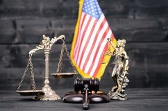 Rechter Gavel, Dame Justice, Schalen van Rechtvaardigheid en de vlag van de V.S. royalty-vrije stock foto