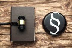 Rechter Gavel, Document Paragraafsymbool en Wetsboek Wet en rechtvaardigheidsconcept stock foto's