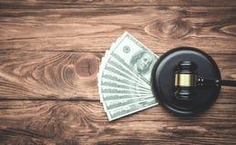 Rechter Gavel en geld op een houten lijst Het concept van de WET stock foto's
