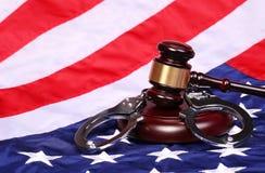 Rechter Gavel en Handcuffs over Amerikaanse Vlag royalty-vrije stock afbeelding