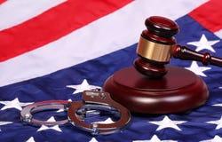 Rechter Gavel en Handcuffs over Amerikaanse Vlag stock afbeelding