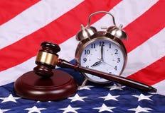 Rechter Gavel en Wekker over Amerikaanse Vlag stock foto's