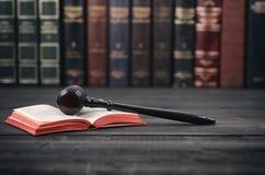 Rechter Gavel en wetsboek op een zwarte houten achtergrond stock foto's