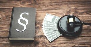 Rechter Gavel, Geld, Document Paragraafsymbool en Wetsboek Wet en stock afbeeldingen