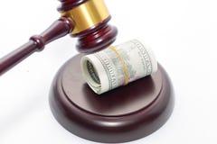 Rechter Gavel met bankbiljet op wit stock foto