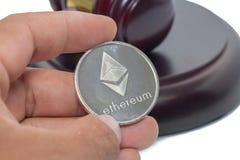 Rechter Gavel met bitcoin op wit stock foto