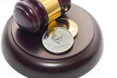 Rechter Gavel met bitcoin op wit royalty-vrije stock foto's