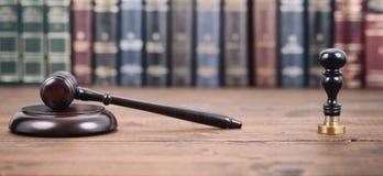 Rechter Gavel, Notarisverbinding en Wetsboeken op een houten achtergrond stock fotografie