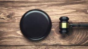 Rechter Gavel op een houten bureau Het concept van de WET stock afbeelding
