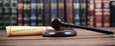 Rechter Gavel, Universele verklaring van rechten van de mens op een houten achtergrond stock foto's