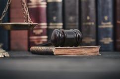 Rechter Gavel, Wetsboek en Schalen van Rechtvaardigheid op zwarte houten bedelaars stock foto