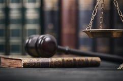 Rechter Gavel, Wetsboeken en Schalen van Rechtvaardigheid op een zwarte houten achtergrond stock fotografie