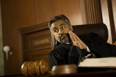 Rechter With Hands Clasped die weg voor het gerecht Zaal kijken stock afbeelding