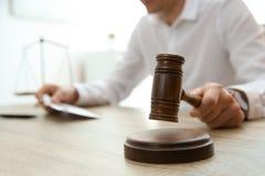 Rechter met hamer bij lijst in rechtszaal, close-up royalty-vrije stock foto's
