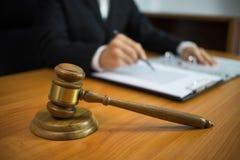 Rechter met hamer op lijst procureur, hofrechter, rechtbank en rechtvaardigheidsconcept stock afbeeldingen