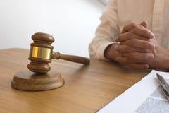 Rechter met hamer op lijst procureur, hofrechter, rechtbank en rechtvaardigheidsconcept royalty-vrije stock afbeelding