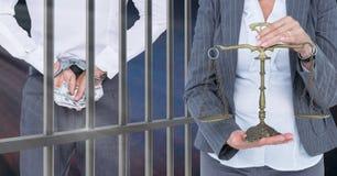 Rechter met saldoschaal en hamer en misdadiger voor gevangenisbars stock afbeelding