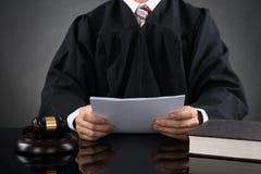 Rechter Reading Paper Royalty-vrije Stock Fotografie