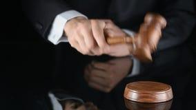 rechter Scheidsrechtershamer en een mens in gerechtelijke robes stock videobeelden